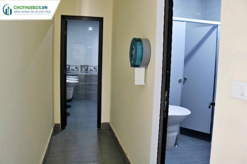 Nhà vệ sinh rộng rãi sạch sẽ